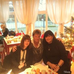 von links: Frau Altkrüger PeWoBe Geschäftsführung, Michaela Trottner Diakonie Haus Britz, Birgit Schulz Heimleiterin Flüchtlingsunterkunft Späthstraße